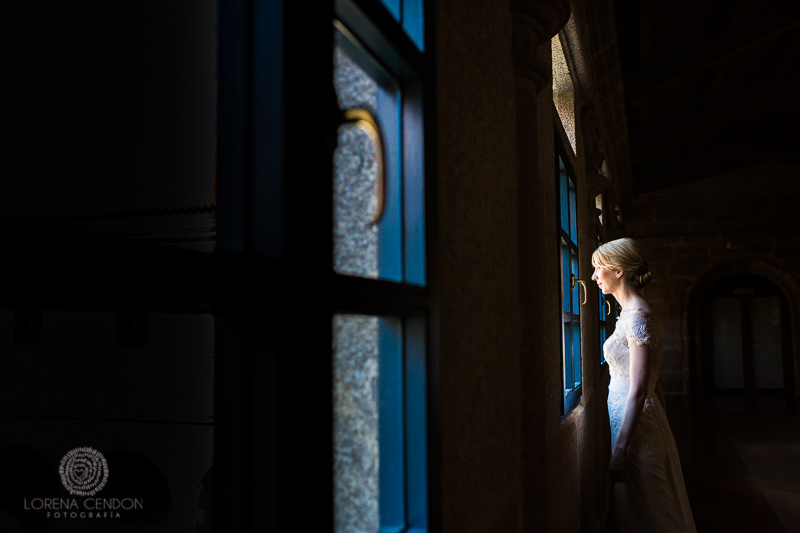 Novia mirando por la ventana - Fotografía de boda