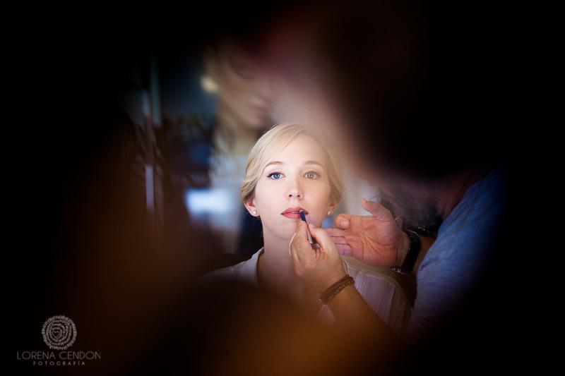 Novia maquillando los labios - Fotografía de boda