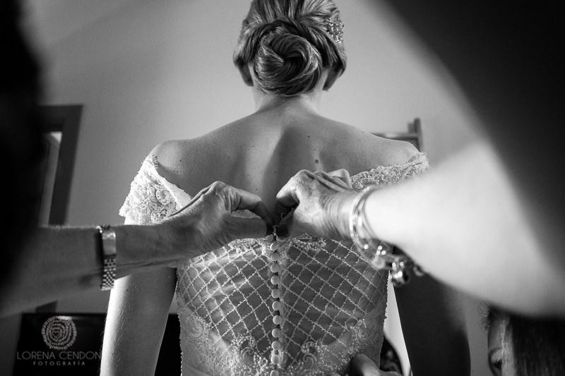Detalle de botones del vestido de novia - Fotografía de boda