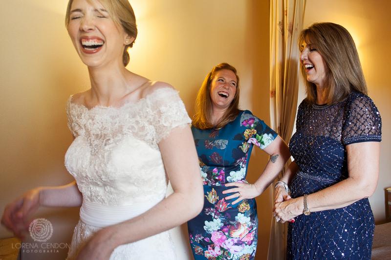 Novia con invitadas - Fotografía de boda