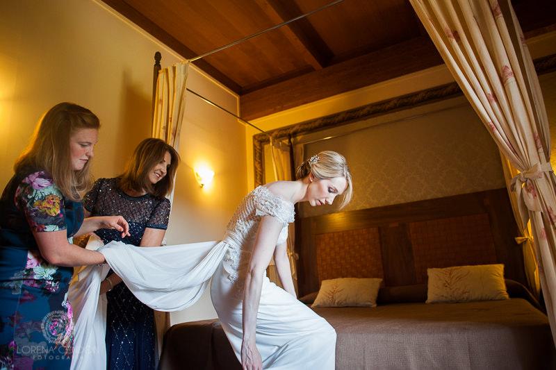 Novia en la habitación de Monasterio de San Clodio - Fotografía de boda
