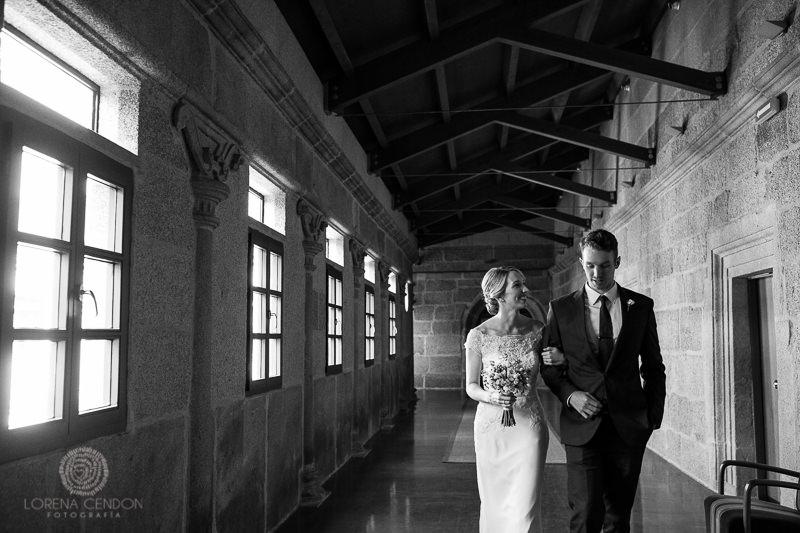 Novia con padrino caminando hacia la ceremonia - Fotografía de boda