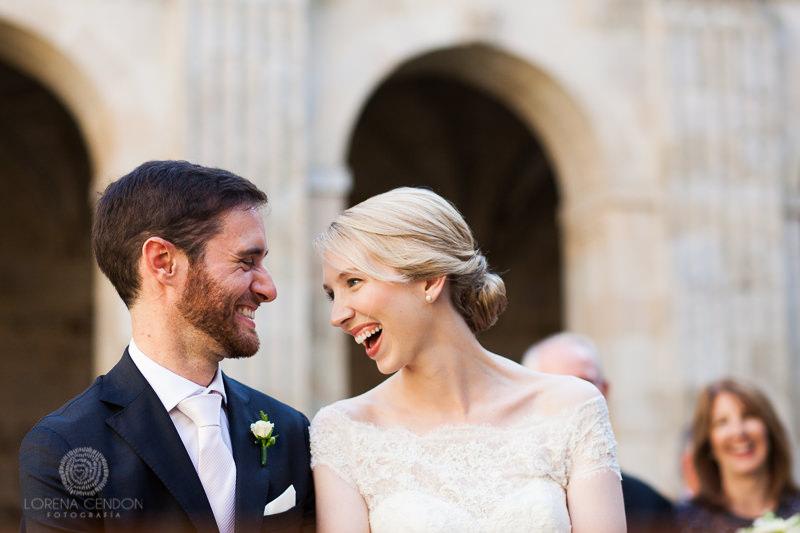 Novia con novio en la ceremonia - Fotografía de boda