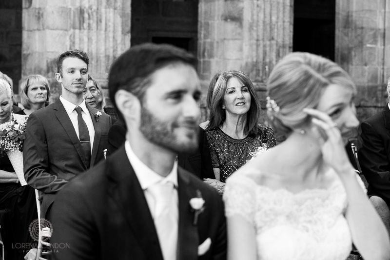 Novia emocionada en ceremonia - Fotografía de boda