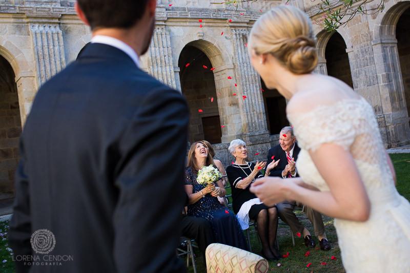 Petalos sobre invitados - Fotografía de boda