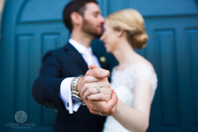 Detalle de las manos de una pareja de novios - Fotografía de boda