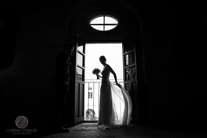 Novia en contraluz en una ventana - Fotografía de boda