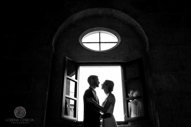 Pareja de Novios en contraluz - Fotografía de boda