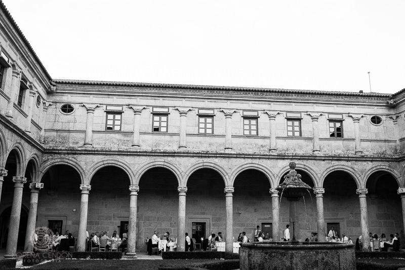 Mesas de boda en el Claustro del Monasterio de San Clodio - Fotografía de boda