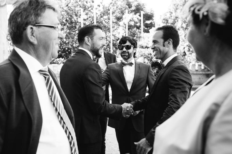 Novio saludando a invitados - Fotografía de boda