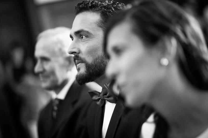 Novio , novia y padrino en la ceremonia - Fotografía de boda