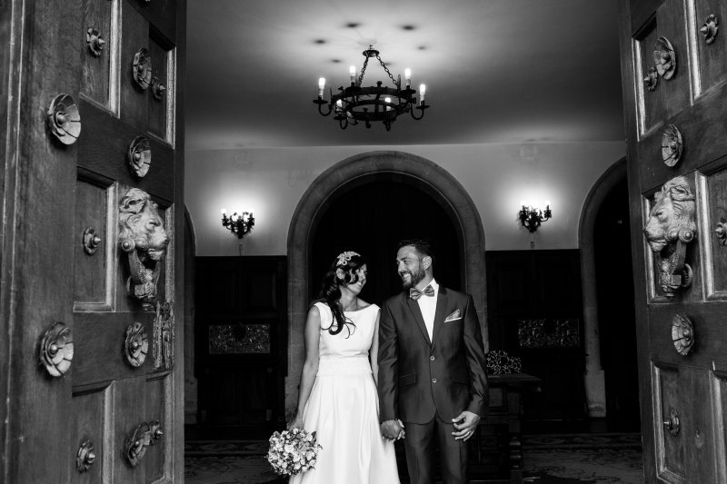 Novios en la salida de la ceremonia - Fotografía de boda