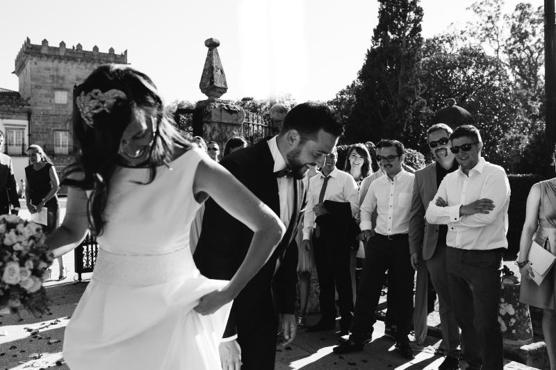 Novios con invitados en la salida de la ceremonia - Fotografía de boda