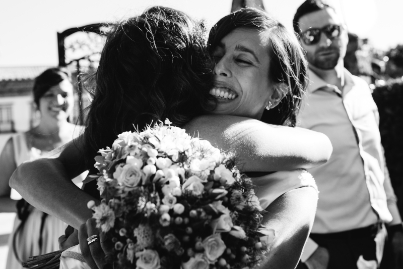 Novia abrazando a invitada - Fotografía de boda