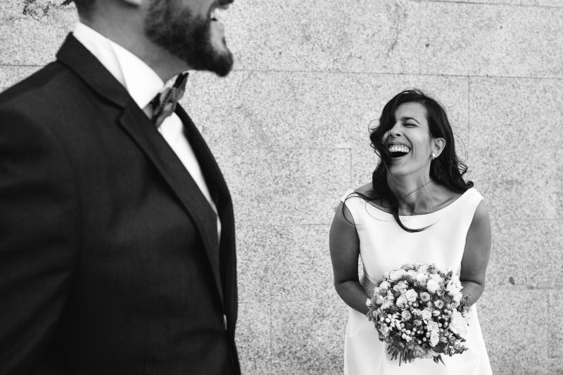Novia y novio en sesión de pareja - Fotografía de boda