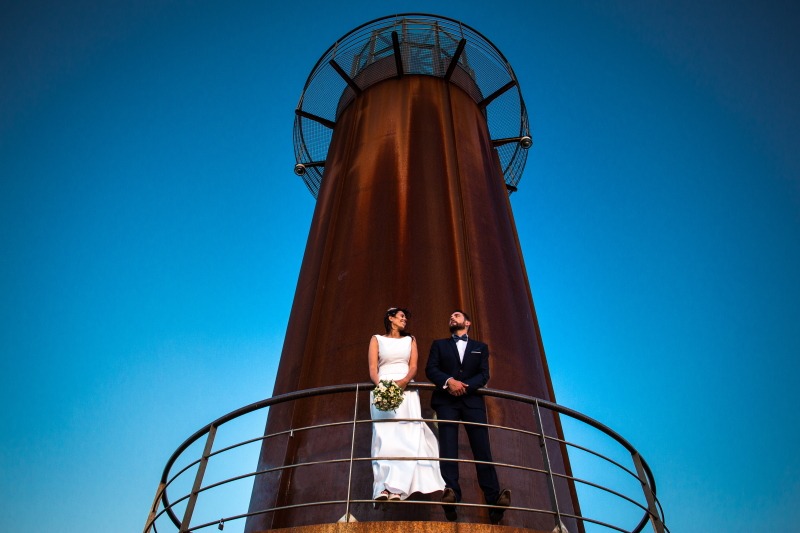 Novio y Novia en un Faro - Fotografía de boda