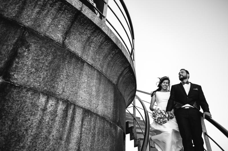 Novia y Novio en la escalera de un faro - Fotografía de Boda