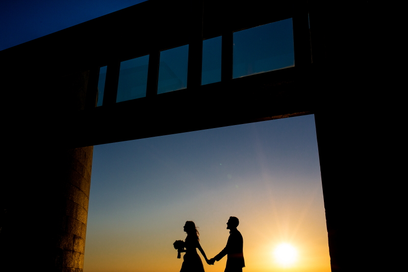 Contraluz de novia y novio - Fotografía de boda