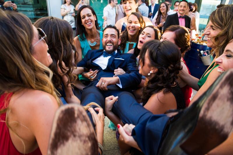 Novio con invitadas - Fotografía de boda