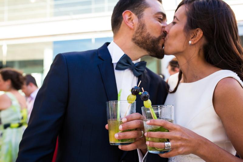 Novio y novia besándose - Fotografía de boda