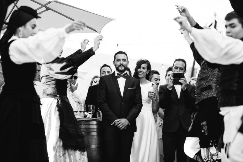 Novios en aperitivo con grupo de baile Gallego - Fotografía de boda