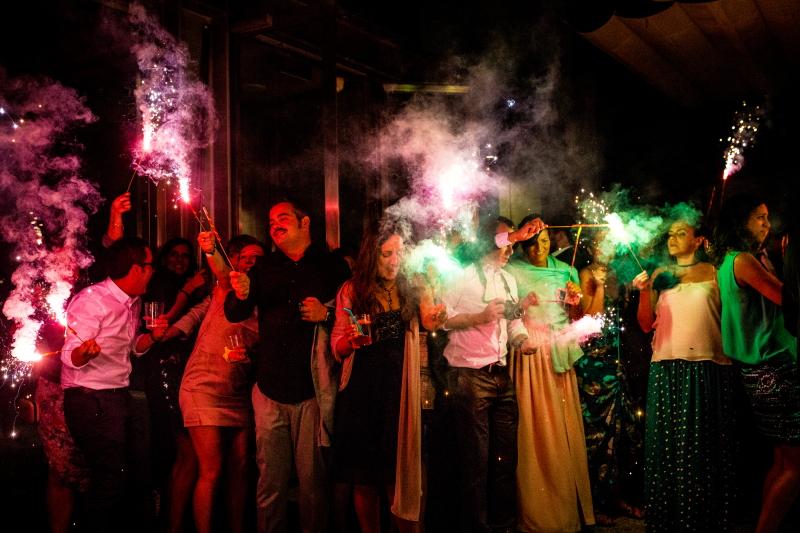 Invitados con bengalas en el baile de los novios - Fotografía de boda