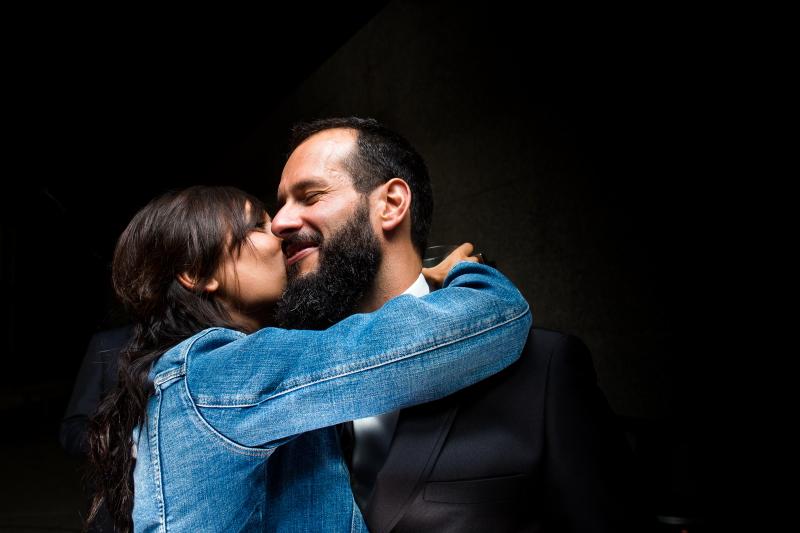 Pareja abrazándose - Fotografía de boda
