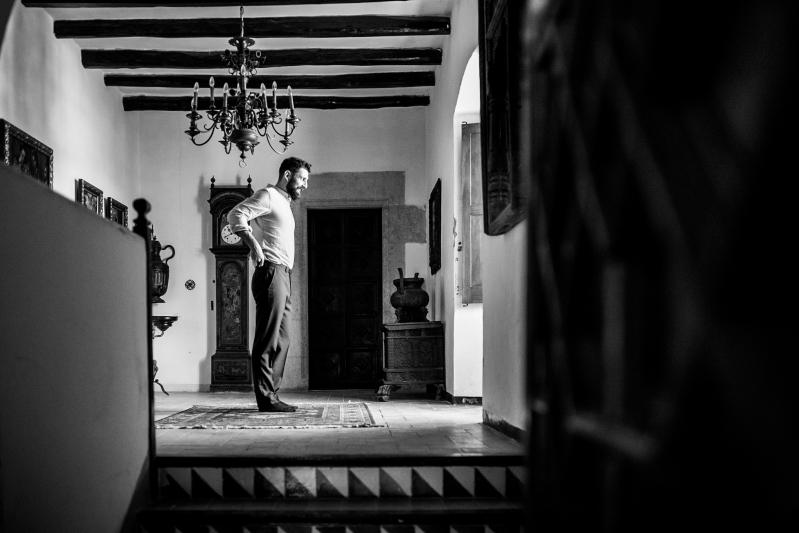 Novio cuando se está vistiendo en el Castillo de Tamarit - Fotografía de boda