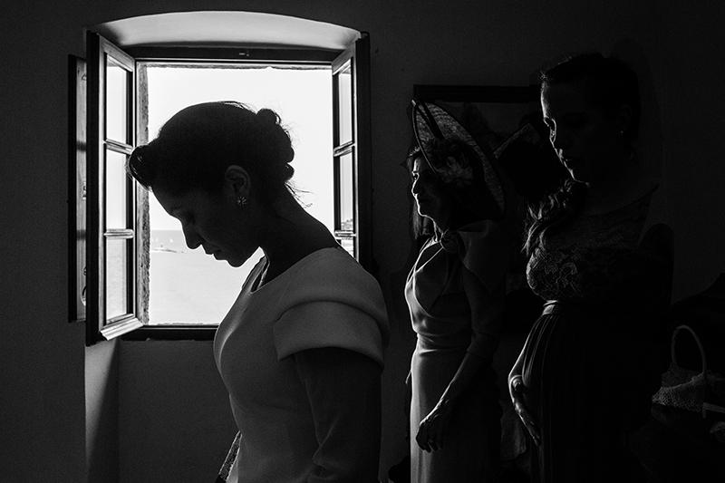 Contraluz de novia con invitadas - Fotografía de boda
