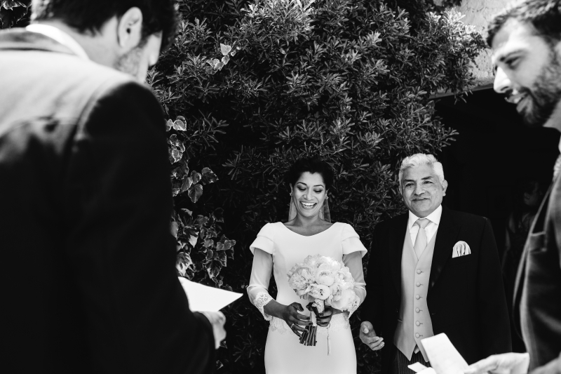 Entrega del Ramo a la novia en jardin Castillo de Tamarit - Fotografía de boda