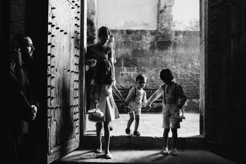 Entrada de niños de arras en la iglesia del Castillo de Tamarit - Fotografía de boda