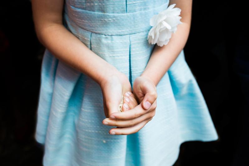 Manos de una niña con arroz - Fotografía de boda