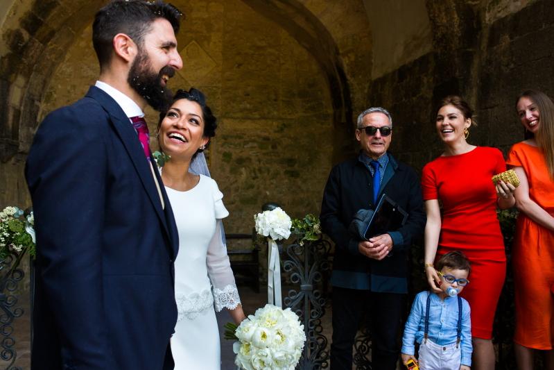 Novios con invitados - Fotografía de boda