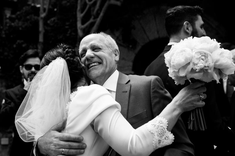 Novia abrazando a un invitado - Fotografía de boda