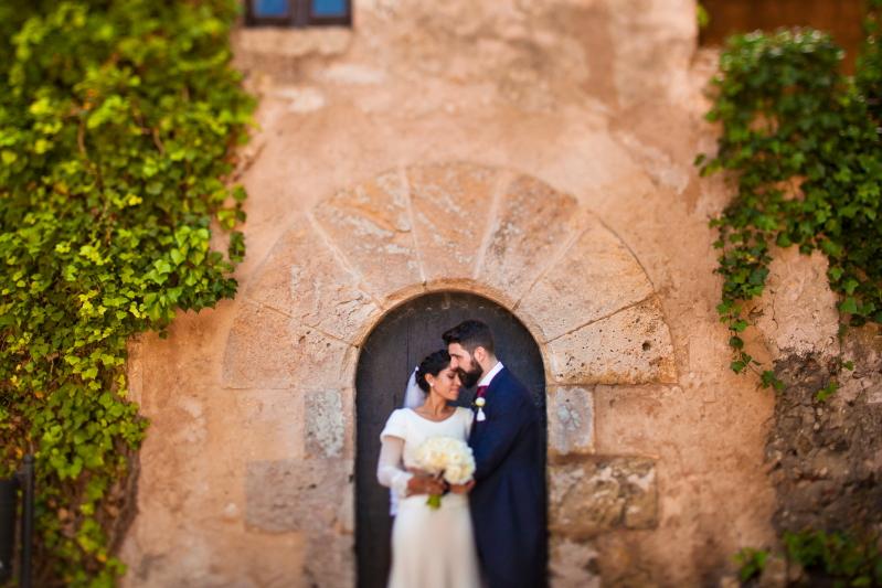 Pareja de novios en el Castillo de Tamarit - Fotografía de boda