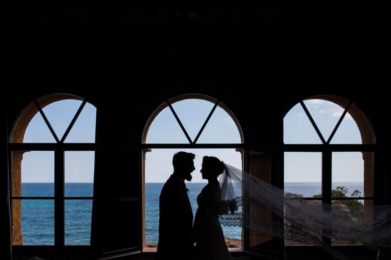 Contraluz de novio y novia en el Castillo de Tamarit - Fotografía de boda