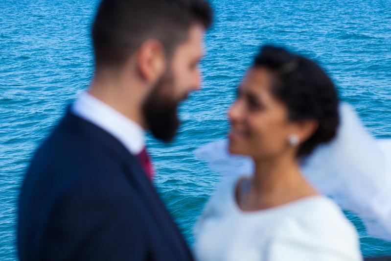 Novios con mar en la Costa Brava - Fotografía de boda