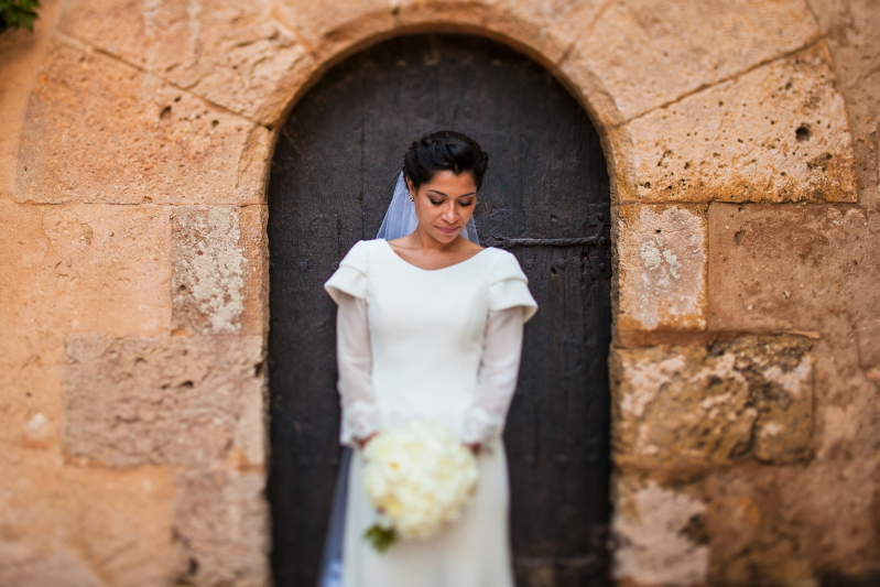 Novia con el ramo en el Castillo de Tamarit - Fotografía de boda