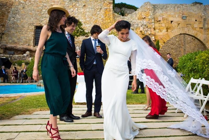 Novia con invitados en el Castillo de Tamarit - Fotografía de boda