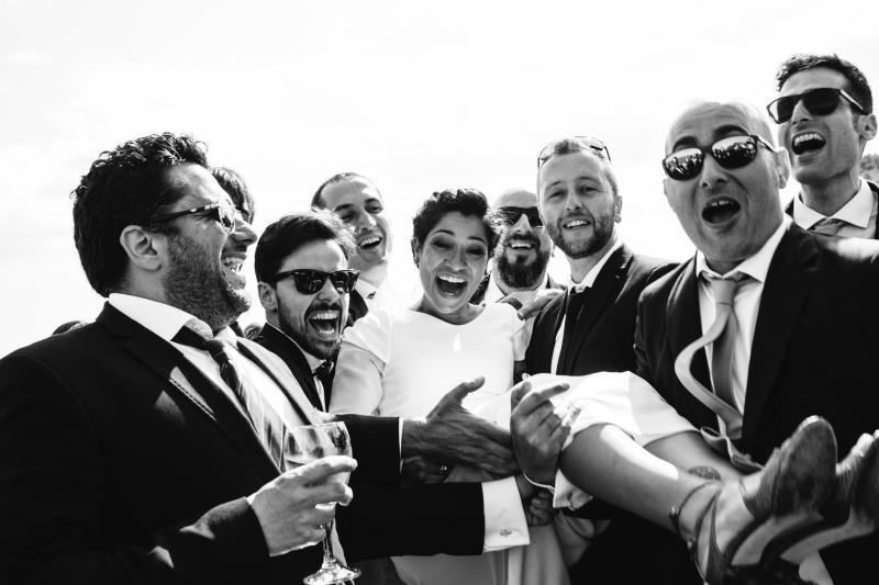 Novia con invitados - Fotografía de boda