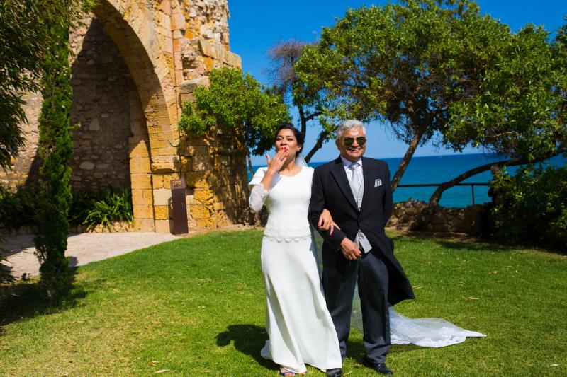 Novia con el padrino de la boda en los jardines del Castillo de Tamarit - Fotografía de boda