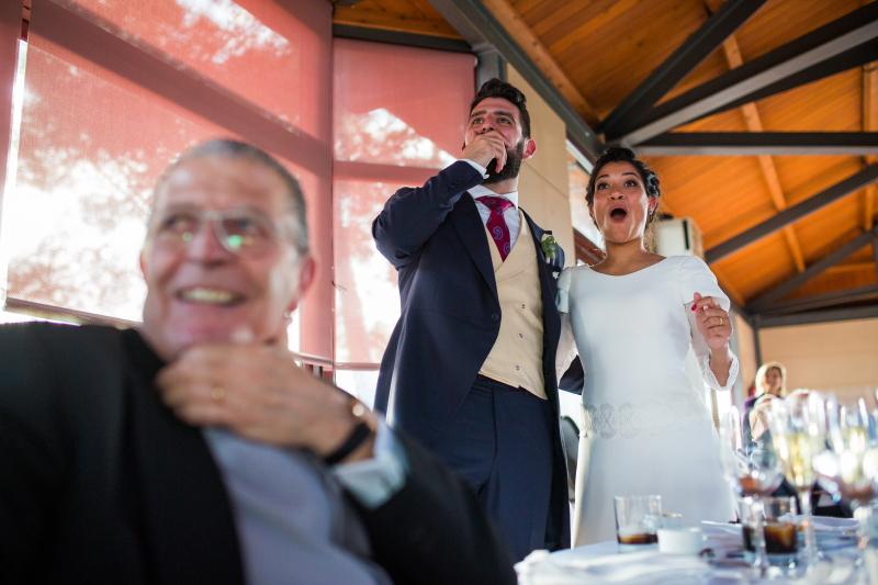 Novios sorprendidos en la sobremesa del banquete de boda en el Castillo de Tamarit - Fotografía de boda