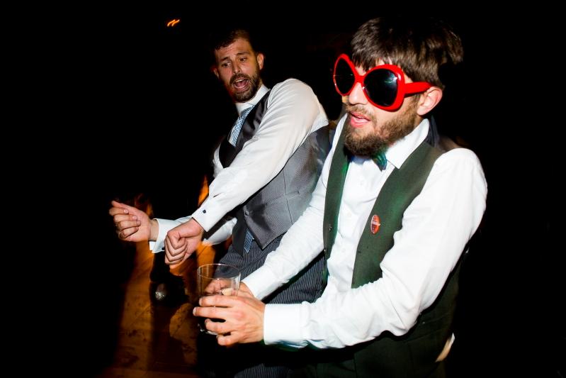 Invitados bailando en una boda en el Castillo de Tamarit- Fotografía de boda