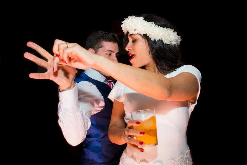 Novia con corona de flores bailando en el Castillo de Tamarit - Fotografía de boda