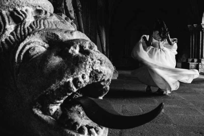Novia de espaldas en el claustro de la Catedral de Tui- Fotografía de postboda