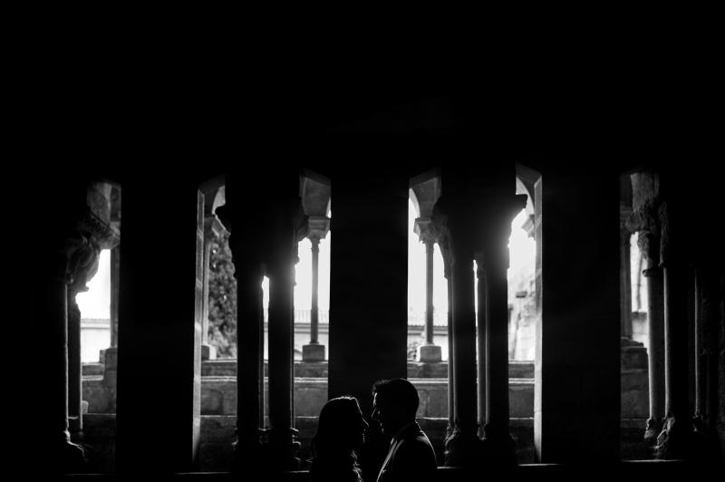 Silueta de novios en el Claustro de la Catedral de Tui- Fotografía de postboda