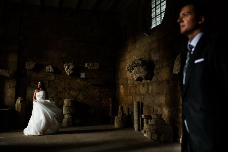 Novios en el claustro de la Catedral de tui - Fotografía de boda