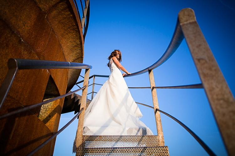 Novia en escaleras de un Faro en Galicia