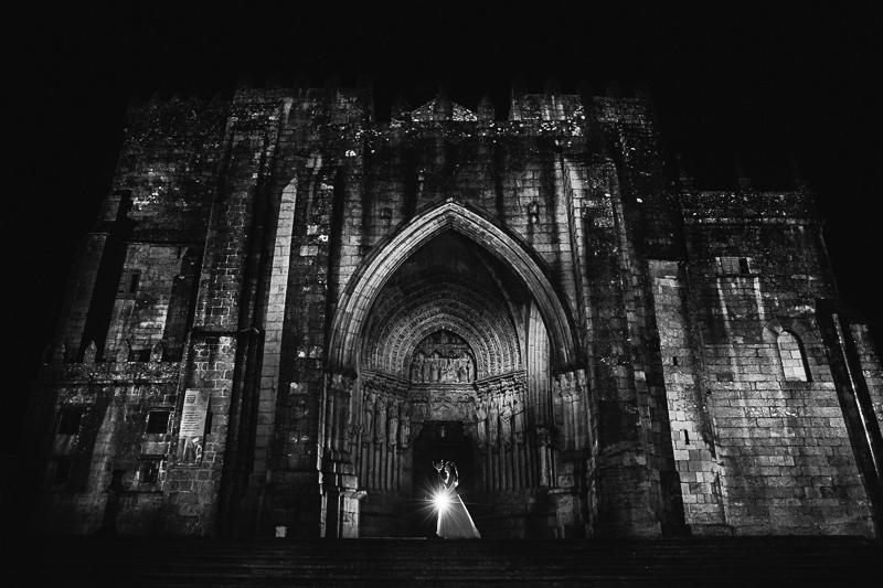 Fotografía de novios en puerta de catedral en Galicia