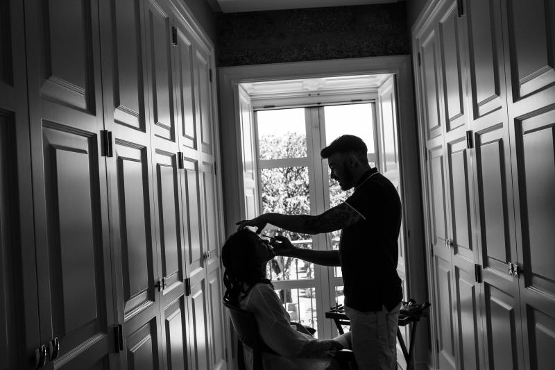 Maquillador preparando a una novia
